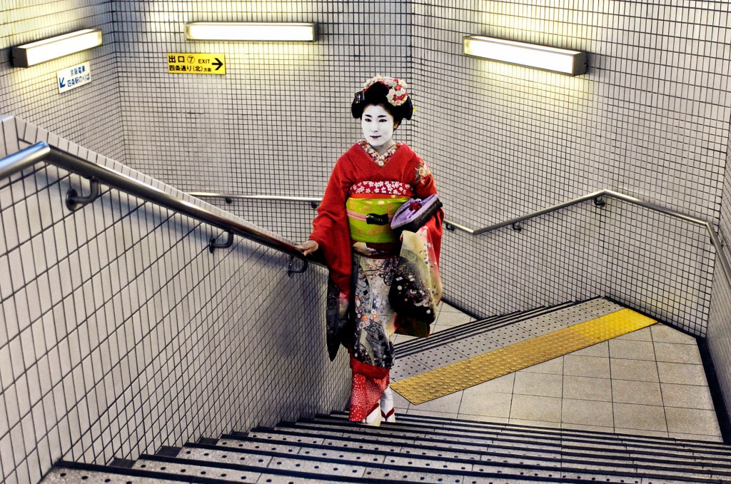 steve-mccurry, japan, kimono, subway, beneath-the-surface, steve-mccurry-photo