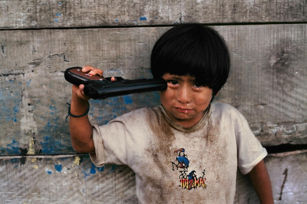 Steve-McCurry, contrasts-and-clarity, steve-mccurry-photo, peru, kids-with-guns