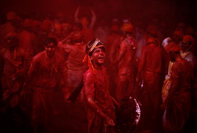 © Altaf Qadri/Associated Press, holi-celebrations, 2014, India, Photogrpahy, festival-of-colors
