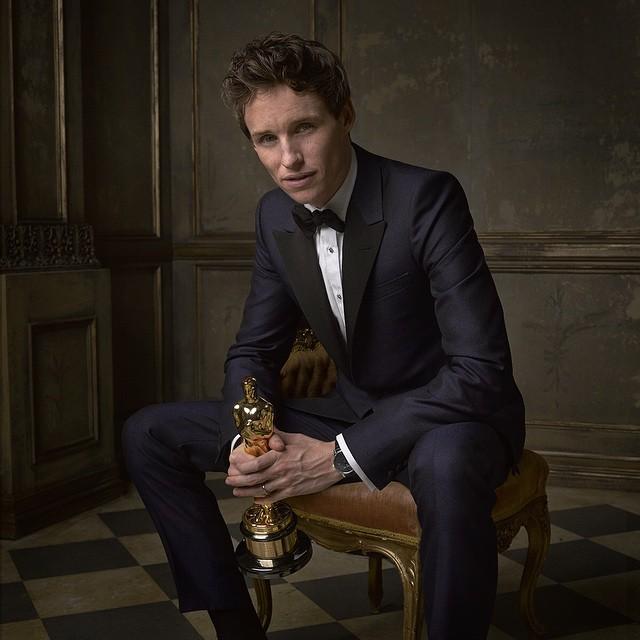 Eddie, meet Oscar. Oscar, Eddie. The best actor winner poses for @markseliger #vfoscarparty © Vanity Fair