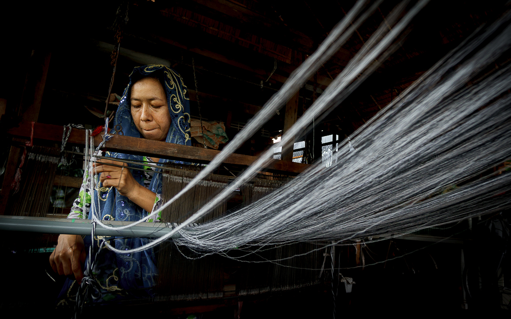 11. lines woman sewing