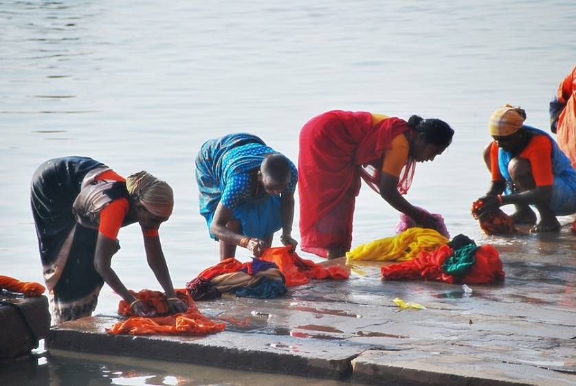 Women doing their laundry at the sacred Ganges River © Nomadic Experiences
