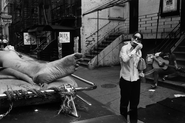 The Foot and the Popsicle-eating woman / New York City (1970) © Richard Kalvar
