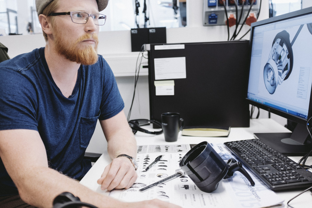 A big part of the development is done in the CAD system. Mechanical Design Engineer Emil Stenbacka checks that the plastic components are consistent with the construction design of the head for the B2.